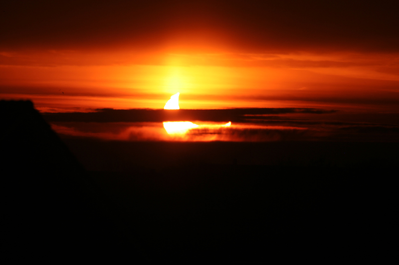 partiële zonsverduistering bij zonsopkomst